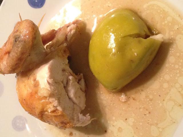 Pollo asado con manzana,