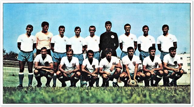 U susret zlatnim sedamdesetim - sezona 1967/68: Ristić, Vukman, Mušović, Holcer, Folić, Vukčević, Nadoveza, Slišković, Žaja - čuče: Begović, Golijan, Vardić, Hlevnjak, Ivković, Bonačić, Ferić