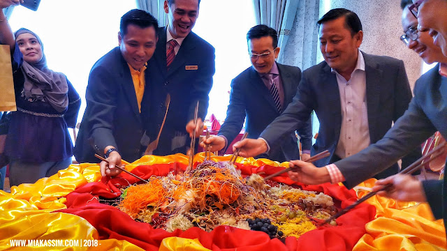 MEDIA TOSSED HEALTHY PROSPERITY 'YEE SANG' TO GOOD FORTUNE AT PROMENADE HOTEL KOTA KINABALU'S NEWLY REFURBISHED DYNASTY CHINESE RESTAURANT