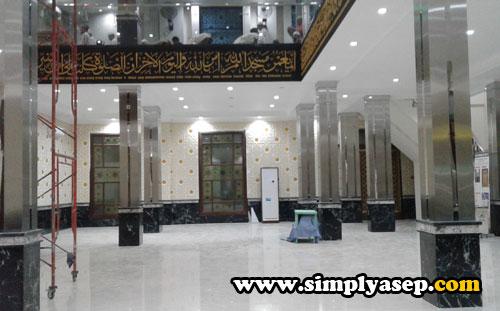 LANTAI BAWAH: Bagian dalam lantai 1 Masjid Ikhwanul Mukminin Pontianak yang masih dalam rehab sedangkan tempat Sholat di lantai 2. Foto Asep Haryono