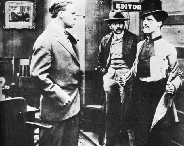 """Ο Τσάρλι Τσάπλιν είναι ένας από τους πιο αναγνωρίσιμους αστέρες του βωβού κινηματογράφου. Σκηνοθέτησε πάνω από 70 ταινίες και πρωταγωνίστησε σε πάνω από 80.  Αλλά ποια ήταν η πρώτη του ταινία;    Το 1914, ο Τσάπλιν πρωταγωνίστησε στην ταινία """"Making a Living"""" ως ένας αξιαγάπητος αλήτης -ο γνωστός αλήτης που έπαιξε σε όλες σχεδόν τις ταινίες του. Η ταινία γράφτηκε και σκηνοθετήθηκε από τον Henry Lehrman.  Ο χαρακτήρας του Τσάπλιν ήταν ο Edgar English, πράγμα σπάνιο για ταινία του Τσάπλιν που είτε ο χαρακτήρας του ήταν ανώνυμος ή απλά ονομαζόταν Τσάρλι.   Στην ταινία ο Τσάπλιν φορούσε ένα ψηλό καπέλο και είχε μεγάλο μουστάκι. Ο Τσάπλιν έπαιξε αλλά δήλωσε ότι η καλύτερη απόδοση του έμεινε εκτός στο τελικό μοντάζ της ταινίας. Ο Lehrman ανέφερε αργότερα σε συνέντευξή του ότι χειρίστηκε λανθασμένα την ταινία επειδή μισούσε τον Τσάπλιν.  Η συγκεκριμένη είναι από τις λίγες στην οποία έπαιξαν μαζί ο Τσάπλιν και οι Keystone Kops (φανταστικοί, ανίκανοι αστυνομικοί των κωμωδιών του βωβού κινηματογράφου των αρχών του 20ου αιώνα.).  Ο Τσάπλιν άρχισε να παίζει στην Keystone. Το 1913, ο Τσάπλιν έφτασε στο Λος Άντζελες, έδρα των Keystone Studio, αλλά επειδή φαινόταν πολύ νέος, πέρασε σχεδόν όλο το χρόνο μαθαίνοντας για τον κινηματογράφο.  Η πρώτη ταινία που σκηνοθεσία ο Τσάπλιν ήταν η """"Caught in the Rain"""", έκανε το ντεμπούτο της στις 4 Μαΐου του 1914 και είχε αμέσως αναγνώριση.  Μετά απ' αυτό, ο Τσάπλιν σκηνοθέτησε σχεδόν οποιαδήποτε ταινία στην οποία πρωταγωνίστησε, και ας εξακολουθούσε να εργάζεται για την Keystone.  Στην πρώτη μεγάλου μήκους ταινία του, στην """"Tillie's Punctured Romance"""", ο Τσάπλιν έπαιξε έναν β' ρόλο. Και αυτή η ταινία έκανε μεγάλη επιτυχία και έφερε ακόμη μεγαλύτερη δόξα στον Τσάπλιν. Στο τέλος του χρόνου, ο Τσάπλιν πήγε στη Sennett για να διαπραγματευτεί το νέο του συμβόλαιο. Ο Τσάπλιν ζήτησε 1.000 δολάρια την εβδομάδα, αλλά ο Sennett θεώρησε παράλογο ένα τέτοιο ποσό."""