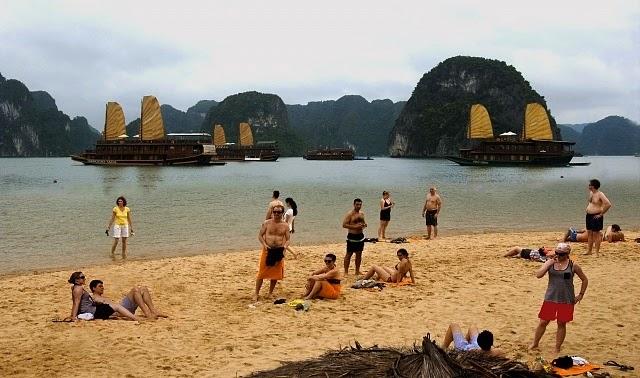 Bãi tắm titop ở Hạ Long2