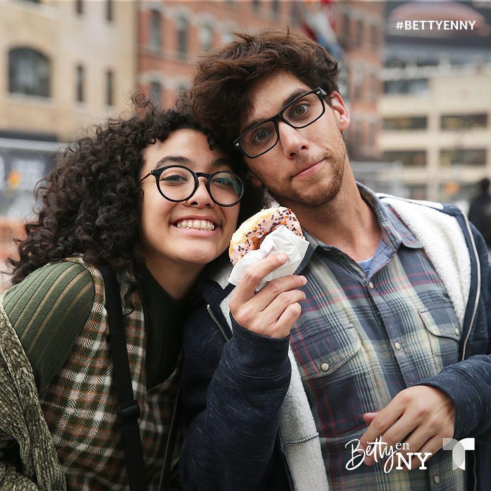 Aparato do Entretenimento: CRÍTICA: Betty en NY - Fiel a original  colombiana, engraçada na medida certa e com protagonista mais empoderada