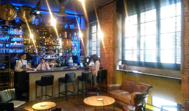 Barra y entrada, restaurante Dstage