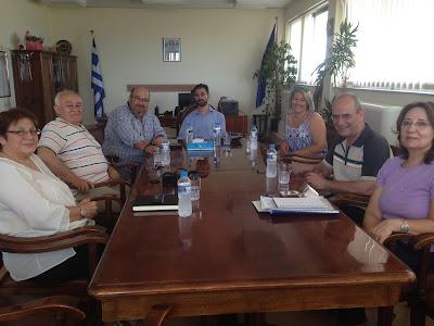 Ο Βαγγέλης Αυγουλάς με τους διευθυντές του Οίκου Ναύτου και αντιπροσωπεία της Γέφυρας Ζωής