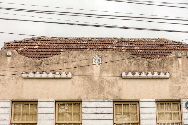 Casa de madeira com frente de material - detalhe da platibanda