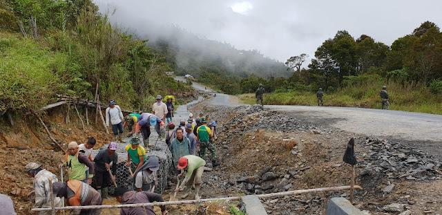 Bersama Masyarakat, Satgas Yonif MR 412 Kostrad Perbaiki Talut di Ruas Jalan Trans Papua