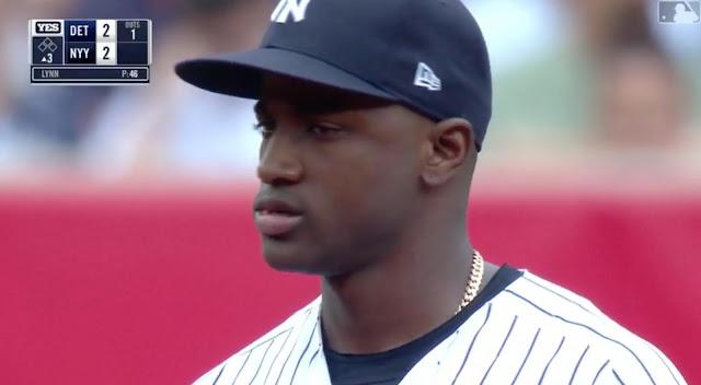 El encuentro sirvió para que el torpedero cubano Adeiny Hechavarría pegara su primer hit con el uniforme de los Yankees, siendo este su tercer equipo del año