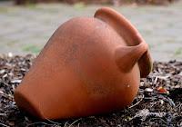 Il tesoro di Dio è depositato in vasi di creta. Sulle nostre fragilità Dio vuole riversare la sua misericordia.