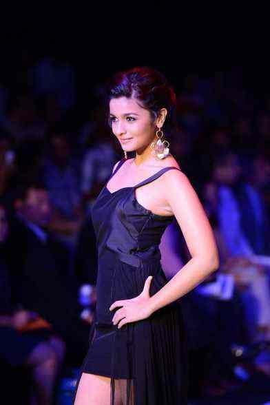 bollywood actress alia bhatt photos at iijw ramp walk  Hot actress pictures and images