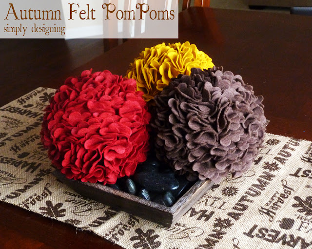 Thanksgiving PomPoms | #falldecor #turkeytablescapes #felt #sizzix #thanksgivingdecor