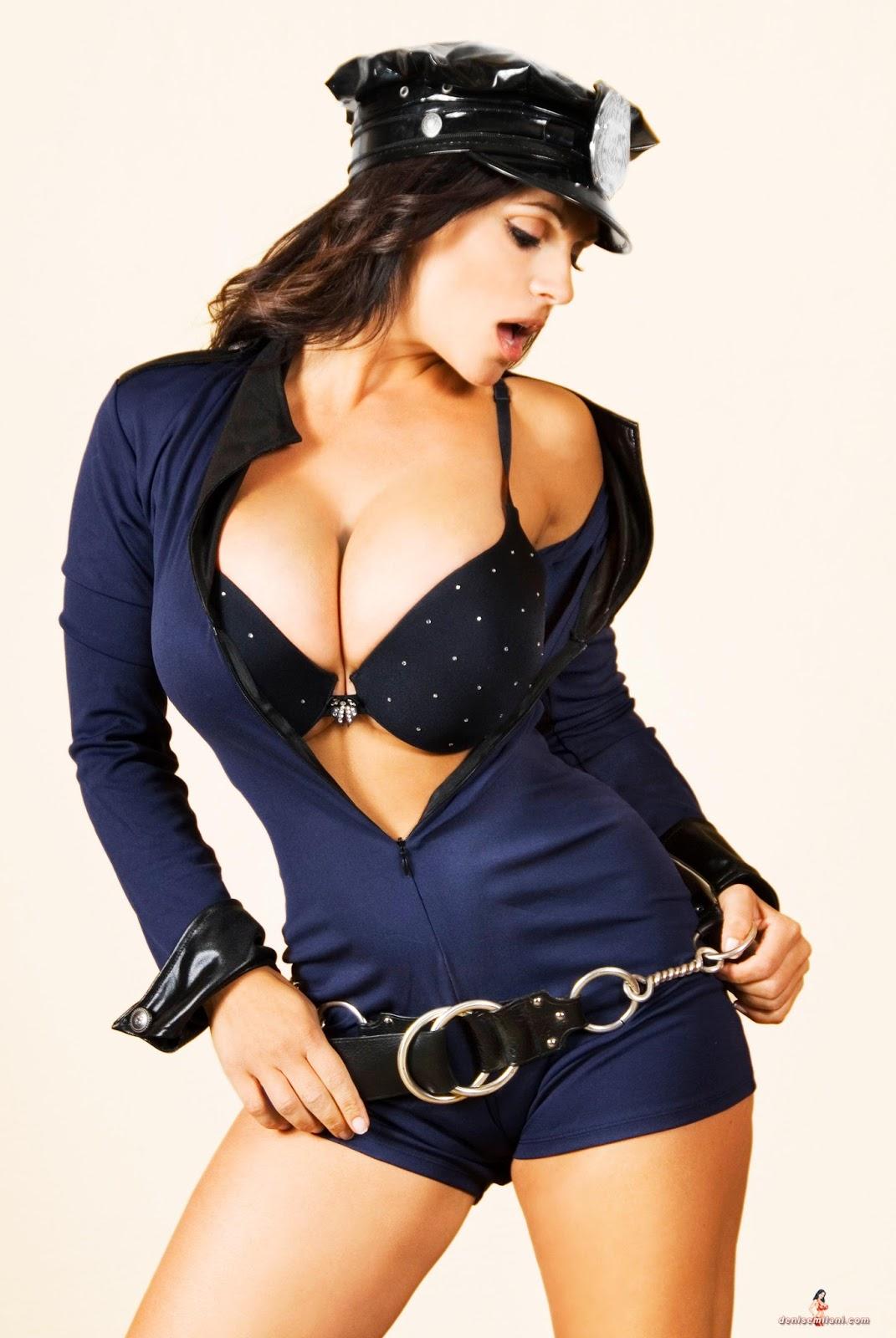 Высунулись груди в полицейской одежде, порнографические ролики лесбийского содержания со зрелыми женщинами