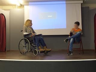 Η Σιμονετάτου με αμαξίδιο στη σκηνή μιλάει με μαθητή
