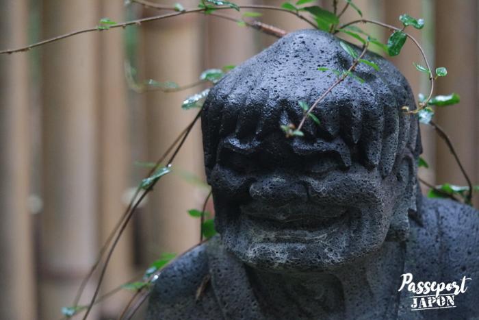 Statue grimaçante et végétation, Bôzu Jigoku, Beppu, Oita