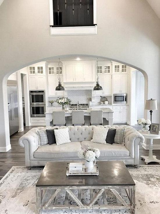 Tất cả phòng bếp màu trắng và màu xám với phòng khách màu xám và màu bạc đều được kết hợp trong một không gian mở.