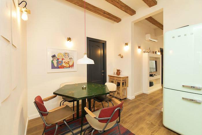 Cómo decorar un apartamento joven con poco dinero, mesa de comedor con sillas recicladas y nevera Smeg