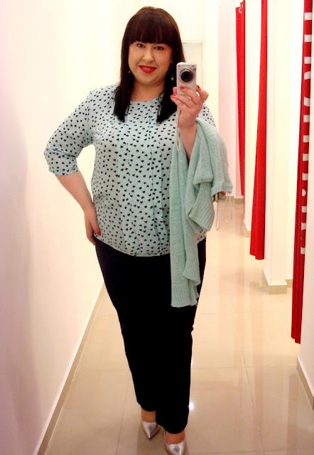 1ce014145f Ta bluzka koszulowa ma niepowtarzalny urok. Zachwycił mnie jej miętowy  kolor i nadruk drobnych