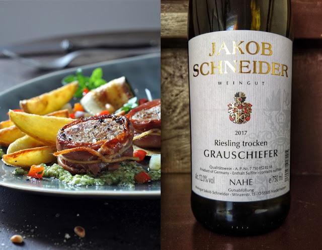 Schweinefilet-Medaillons mit Pesto, Zucchini-Paprika-Gemüse und Kartoffelschiffchen plus Weintipp