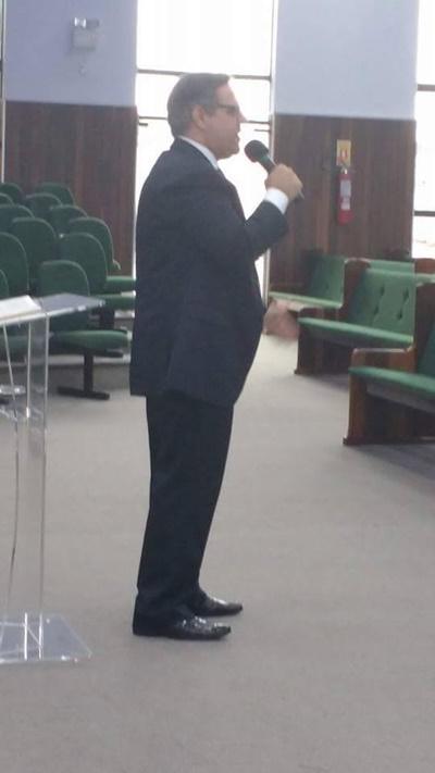 Pastor Edilson Turato, pregando na IEADJO