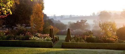 Parterre en otoño rodeado de dalias en Petiffers Gardens