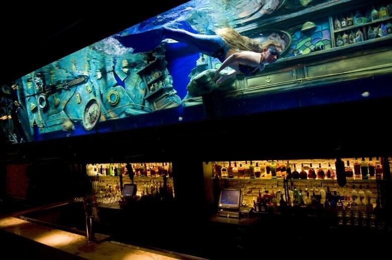 Deniz Kızlarının Yüzdüğü Bir Bar Var