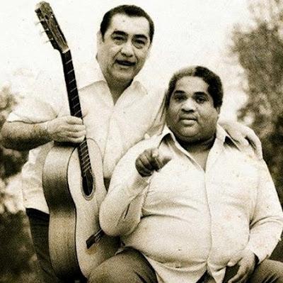 Foto de Oscar Avilés con su amigo en grises