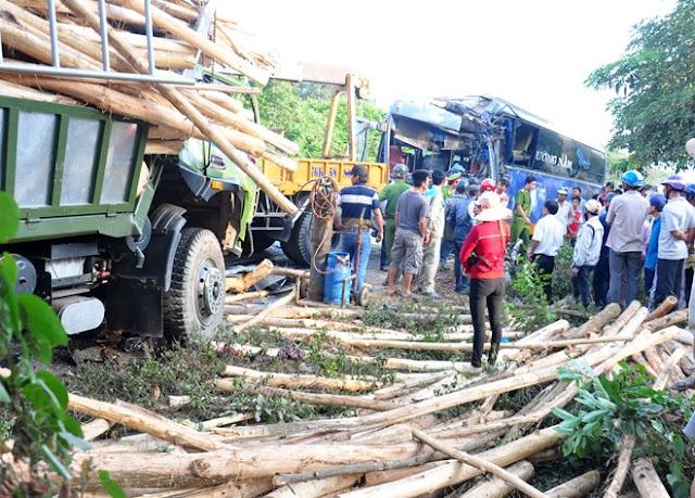 Ôtô khách đâm trực diện xe tải tài xế chết trong cabin
