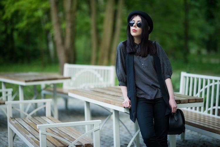 Koszula z wiązaniem | koszula wiązana pod szyją | lenonki | melonik | kapelusz | stylizacja w stylu grunge | blog modowy | blogerka modowa | stylizacja z melonikiem, kamizelką i wiązaną koszulą | sesja w parku | Park Julianowski sesja zdjęciowa