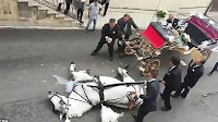 Βίντεο που σοκάρει — Κατέρρευσε άλογο που μετέφερε μελλόνυμφους