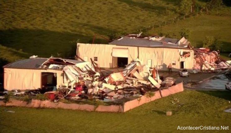 Tornado destruye casas