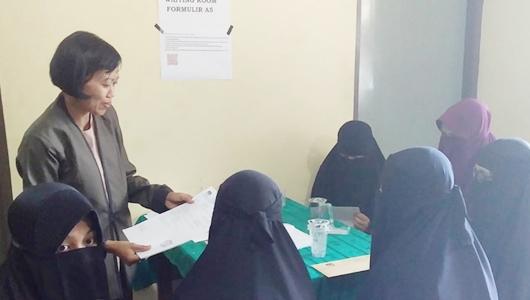 Ratusan Mahasiswi Bercadar Urus Pindah Memilih ke KPU Jember