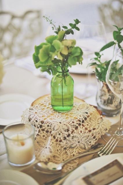 botella cristal verde como jarrón