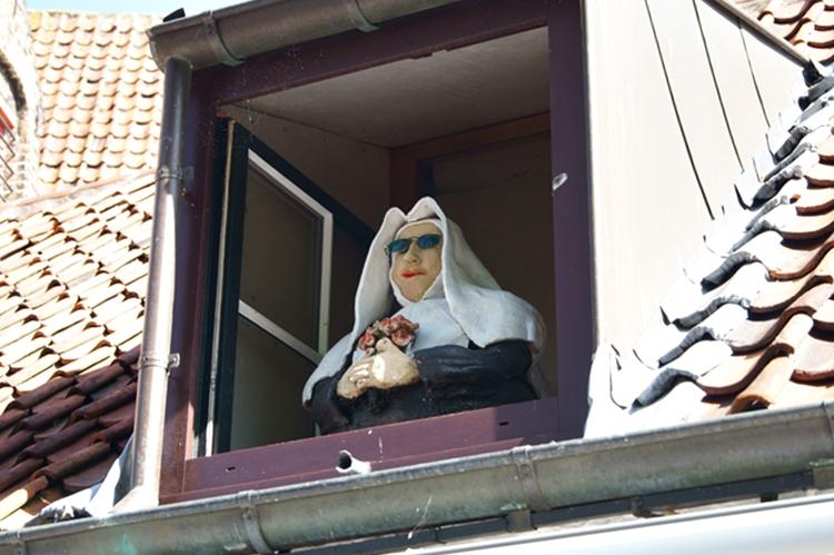 Blog & Fotografie by it's me! - Nonnen-Puppe in einer Gaube in Brügge, Belgien