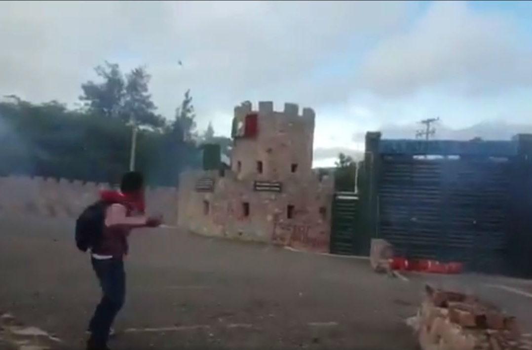 VIDEO: Encapuchados lanzan petardos a cuartel militar en Chilpancingo por caso Ayotzinapa