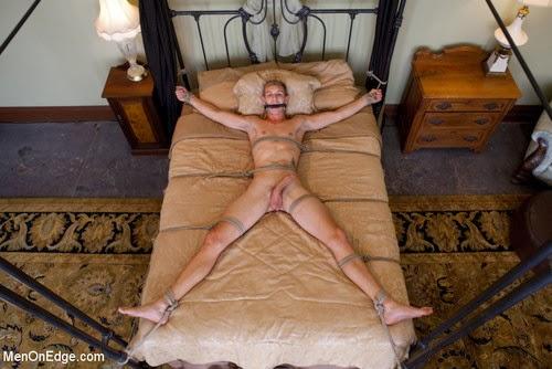 Онлайн привязанного к кровати парня мужиками фото