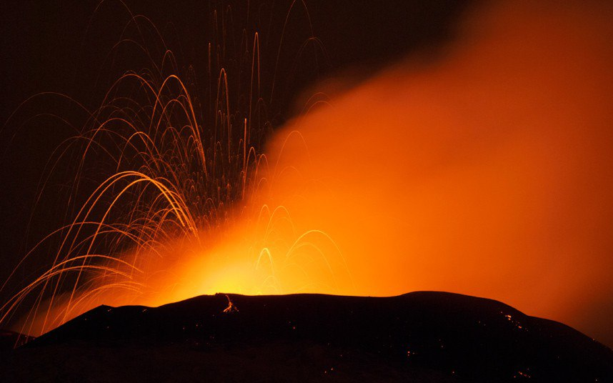 Powerful eruption of mount Etna 001