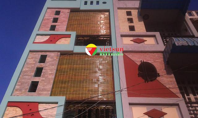 Cửa sổ và ban công một căn nhà được lắp đặt rèm che nắng