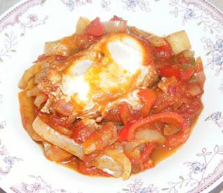 shakshouka reteta, saksuka reteta, retete, retete culinare, retete de mancare, oua ochiuri in sos picant din rosii si ardei,