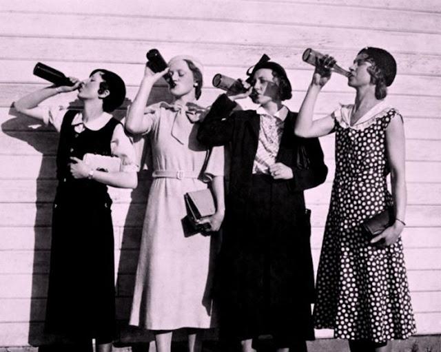 mulheres tomando cerveja