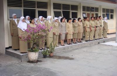 http://jobsinpt.blogspot.com/2012/04/fauzi-bowo-janjikan-12000-guru-honorer.html