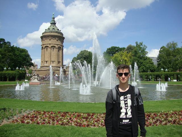 Harun İstenci Almanya'nın Baden-Württemberg eyaletinin Mannheim şehrinde Wasserturm'un önünde...