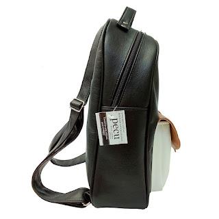 Mochila XL Cuero Eco Bolsillo Aro en Color Negro Blanco y Suela Vista Lateral