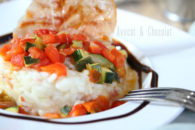 """alt=""""assiette blanche garnie d'un risotto aux petits légumes décorée d'une tranche de jambon cru grillé"""""""