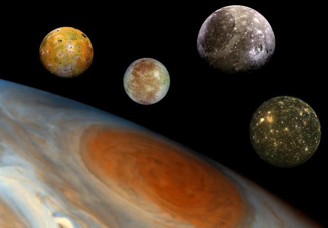 Sao Mộc và bốn vệ tinh lớn nhất của nó. Hình chỉ mang tính chất minh họa, vì kích thước và khoảng cách của chúng thì khác so với trong hình. Từ trái qua phải : Io (i ngắn o, không phải lờ o), Europa, Ganymede, Callisto. Hình ảnh: NASA.