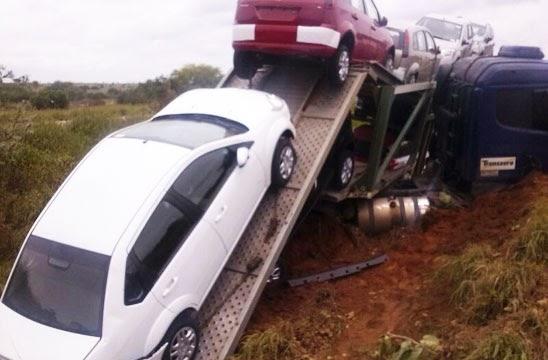 Tanhaçu: Carreta cegonha tentar desviar de buracos na pista e cai em ribanceira