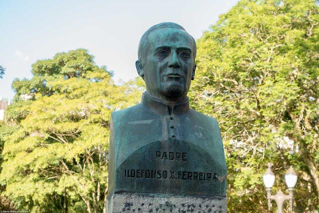 Busto do Padre Ildefonso X. Ferreira, na Santos Andrade