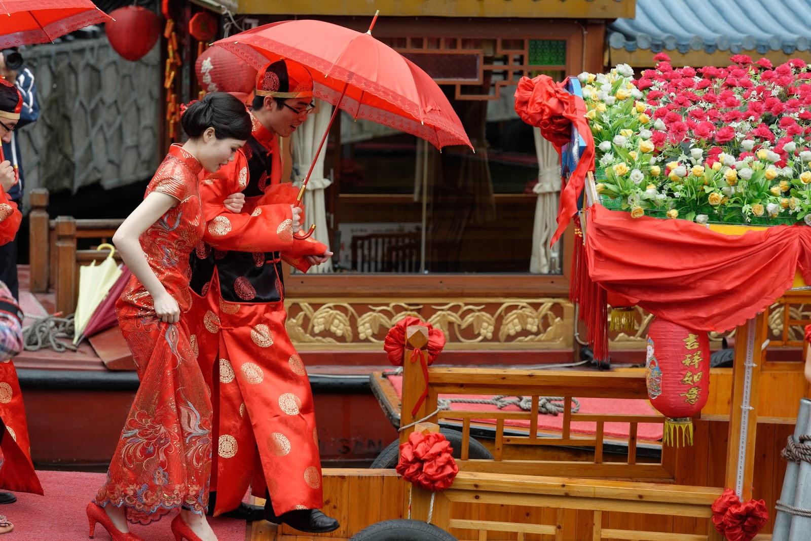 Casal chinês com guarda-chuva e preparado para o casamento vermelho: ilustra a seção a respeito dos textos das linhas de ''Hsien / A Influência (Cortejar)'', um dos 64 hexagramas do I Ching, o Livro das Mutações