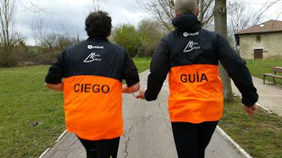 IMAGEN: Guía y ciego corren juntos en un parque