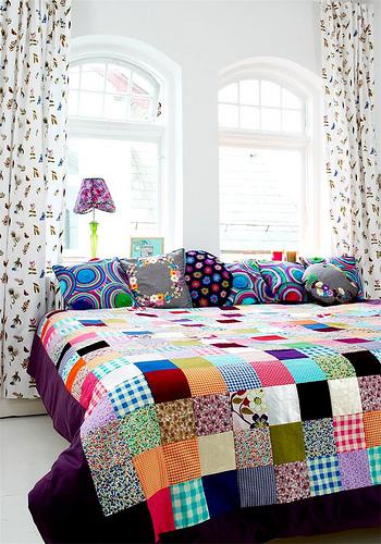 quarto de casal colorido colcha patchwork