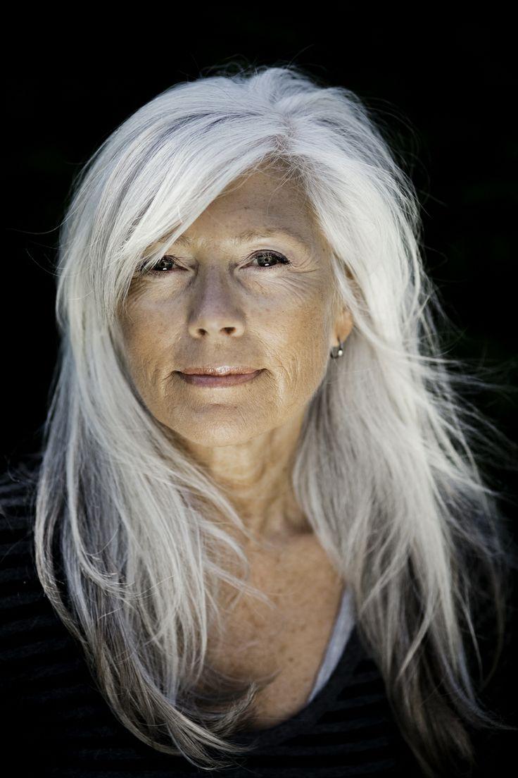 Le bionde non hanno motivo di preoccuparsi dei primi capelli bianchi dal  momento che si notano appena e44fc551cd87
